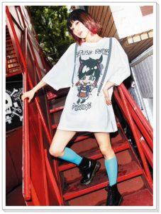 LiSAとスピンズコラボ服がかわいい!バッグやネックレスも キャラクタービッグTシャツ